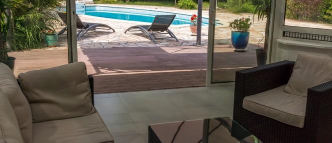 Véranda avec une vue sur une piscine