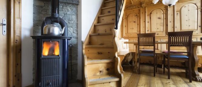 Notre solution anti-froid ? Le poêle à bois, un équipement chaleureux et économe.